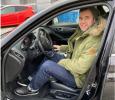 Výherce soutěže o hybridní automobil s plnou nádrží na víkend si převzal automobil